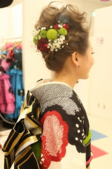 振袖に合わせて少し大人な雰囲気を演出。シックな色合いとハイカラーの髪がとってもお似合い!