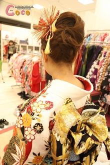うなじを大胆に見せたアップスタイル!古典的な髪飾りが振袖とマッチして、日本人らしい美しさが演出できました。