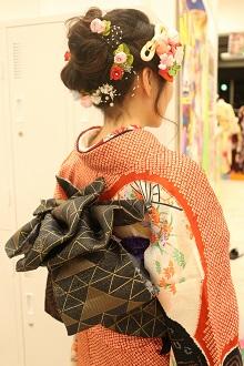可愛らしいアップスタイル!目立つ部分をお花の髪飾りで囲んで更に女性らしさを演出しました。