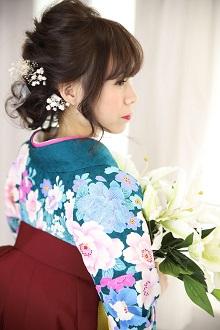 トップからの編み込みを目立たせたダウンスタイル。ゆるめの柔らかいスタイルに、お花の髪飾りも控えめにして優しい雰囲気を出しました。