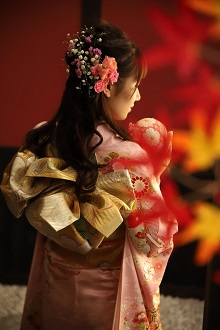 ダウンスタイルでみんなとは差をつけたヘアスタイル!お嬢様系でありながら、ピンクと白のお花で華やかさを出しました。