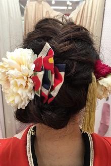 レトロな柄の大ぶりのリボンに大きな丸いお花がいっそうキュートでポップな印象!顔周りに付けた動きのある髪飾りもより可愛さと華やかさをプラス♪