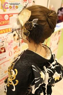 ボリュームを出したアップスタイル。シックな振袖に大人っぽい大ぶりな髪飾りが印象的です。