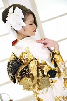 白地にゴールドの振袖が豪華!シンプルだけど豪華で可憐な胡蝶蘭の髪飾りで振袖を引き立たせました。